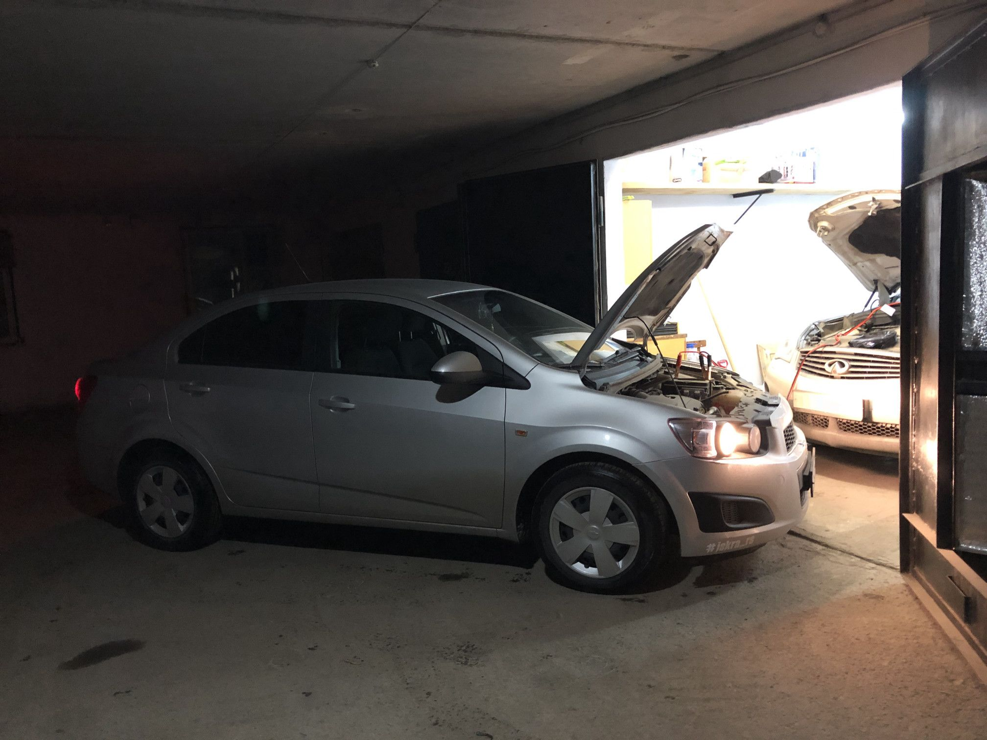 Chevrolet Aveo прикуривает Infiniti